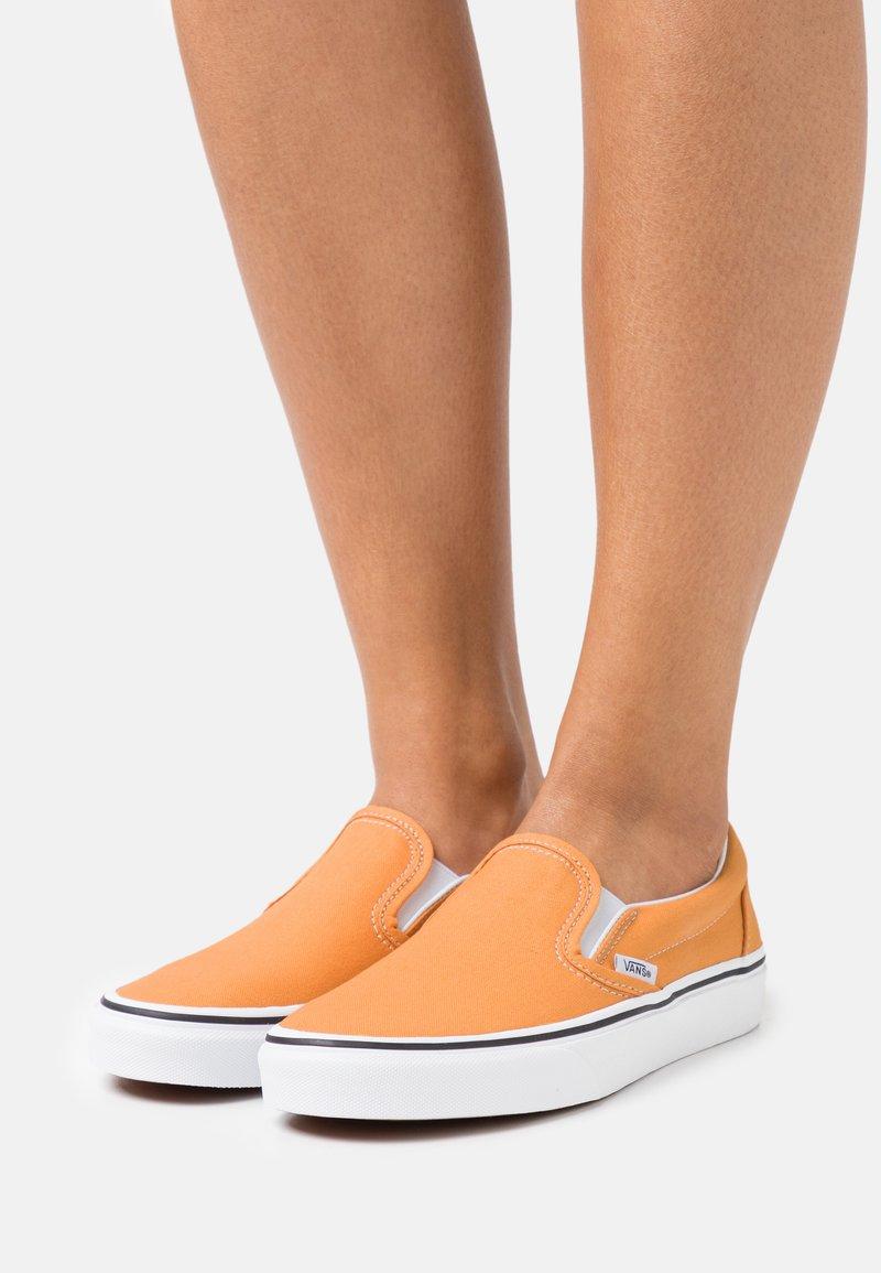 Vans - CLASSIC  - Nazouvací boty - golden nugget/true white