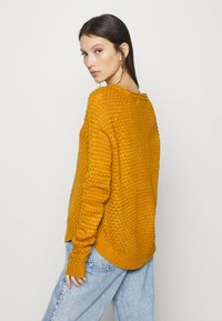 Vero Moda - VMESME SURF O NECK - Strickpullover - buckthorn brown - 2