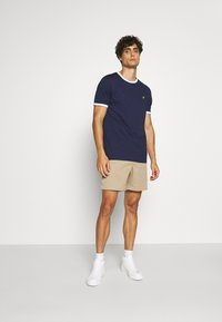 Lyle & Scott - RINGER TEE - T-shirt - bas - navy/white - 1