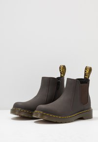 Dr. Martens - 2976 J CHELSEA - Classic ankle boots - brown - 3