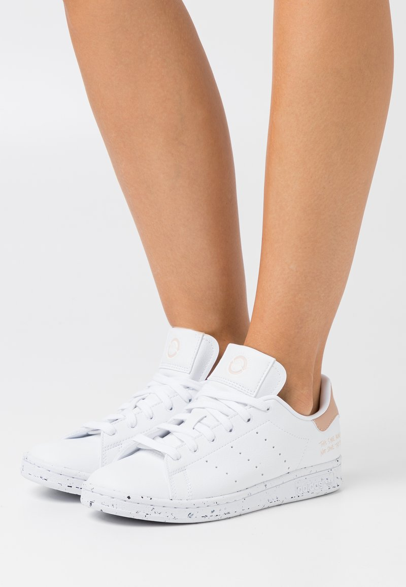 adidas Originals - STAN SMITH PRIMEGREEN VEGAN - Zapatillas - footwear white/pale nude
