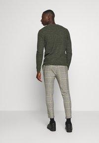Only & Sons - ONSLINUS CROPPED CHECK PANT - Pantalon classique - black - 2
