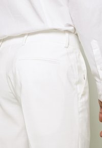 Isaac Dewhirst - WHITE WEDDING SLIM FIT SUIT - Kostym - white - 7