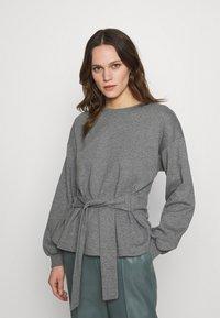 Lounge Nine - WILMA TIEBELT - Sweatshirt - dark grey melange - 0