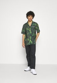 9N1M SENSE - SPECIAL PIECES UNISEX - Shirt - black/green - 1