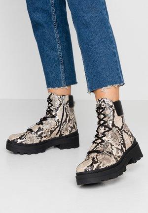 Kotníkové boty na platformě - ingrid/amanda roccia/nero