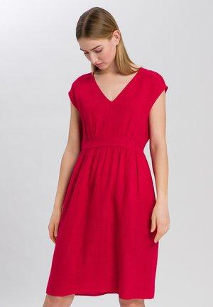 MIT GERÜSCHTER TAILLENNAHT - Day dress - red