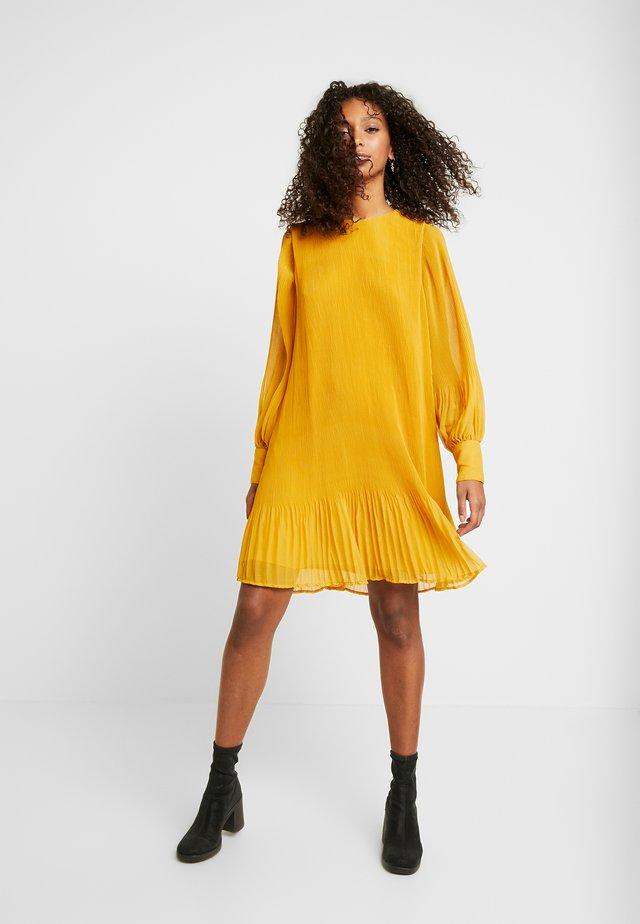YASKRYSTLE  - Korte jurk - golden yellow