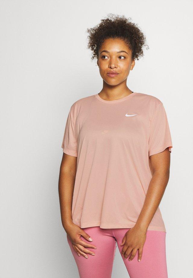 MILER  - T-shirts med print - washed coral/reflective silver