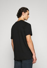 Calvin Klein - POCKET - Print T-shirt - black - 2