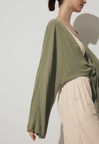 OYSHO - GEKNOTETE  - Cardigan - green - 3