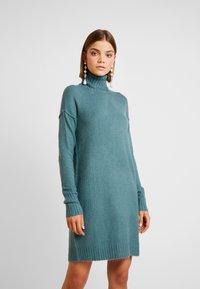 Vero Moda - VMLUCI ROLLNECK DRESS - Sukienka dzianinowa - north atlantic - 0