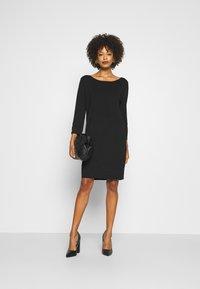 comma - Pletené šaty - black - 1