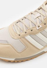 adidas Originals - ZX 700 UNISEX - Baskets basses - clear brown/cream white/savannah - 5