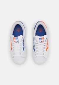 adidas Originals - SUPERSTAR UNISEX - Sneakers laag - white/blue/gold - 3