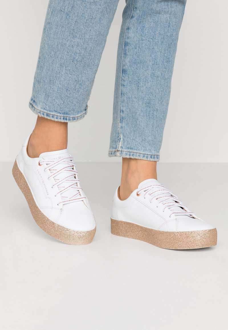 Tommy Hilfiger - GLITTER FOXING DRESS SNEAKER - Trainers - white/gold