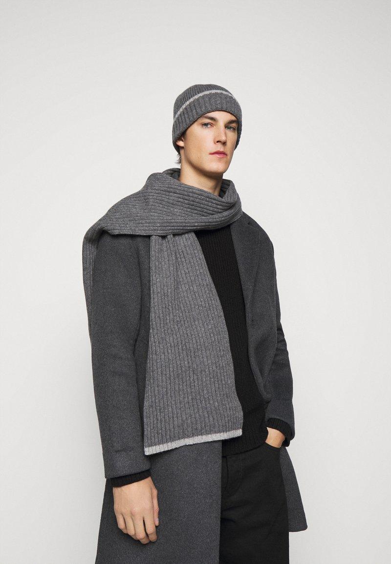 Barbour - CROMER BEANIE SCARF GIFT UNISEX SET  - Scarf - grey