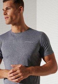 Superdry - ACTIVE - Sports shirt - slate stripe - 1
