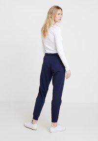 Zalando Essentials - Pantalones deportivos - navy - 2