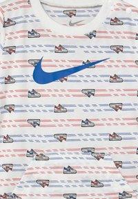 Nike Sportswear - GRAPHIC ROMPER - Overal - white - 2