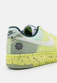 Nike Sportswear - AIR FORCE 1 CRATER  - Tenisky - light lemon twist/white/armory navy - 5