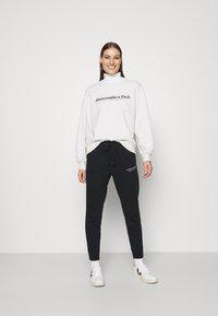 Abercrombie & Fitch - UPPER TIER LOGO CREW - Sweatshirt - grey heather - 1