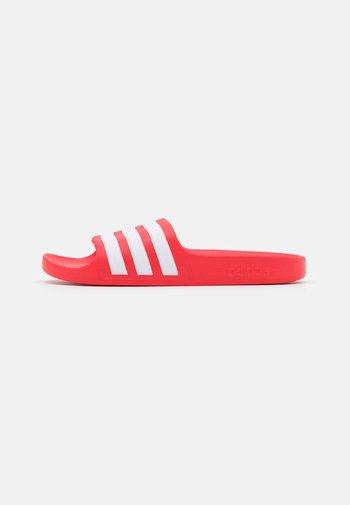 ADILETTE AQUA UNISEX - Rantasandaalit - vivid red/footwear white