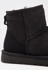 UGG - CLASSIC MINI II - Bottines - black - 8