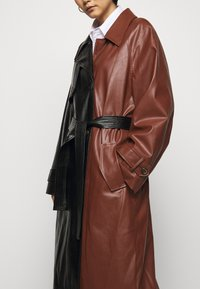 DESIGNERS REMIX - TALIA - Trenchcoat - black/brown - 3