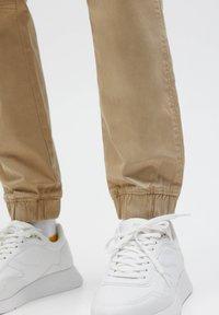 PULL&BEAR - Trainingsbroek - mottled beige - 5