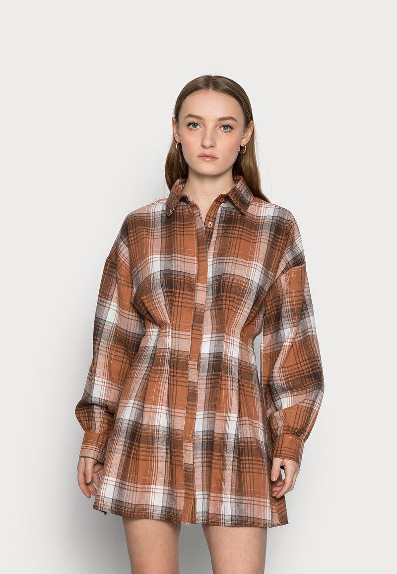 Missguided Petite - PLEATED WAIST DRESS CHECK - Shirt dress - rust