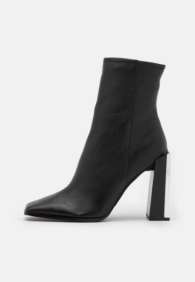 HOMER SQUARE TOE HARDWARE BOOT - Kotníkové boty - black