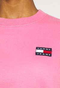 Tommy Jeans - SUPER CROPPED BADGE CREW - Maglione - pink daisy - 3