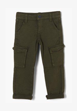 MIT CARGOTASCHEN - Cargo trousers - khaki