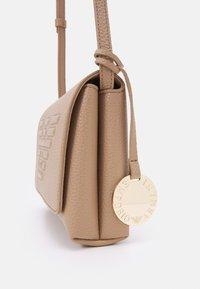 Emporio Armani - ROBERTABORSA A SPALLA - Across body bag - cammello - 4