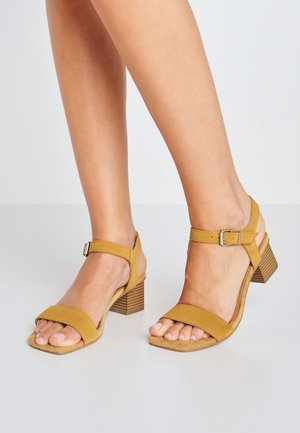 Sandals - tabaco