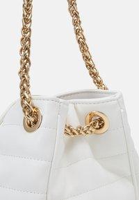 LIU JO - TOTE - Håndtasker - off white - 3