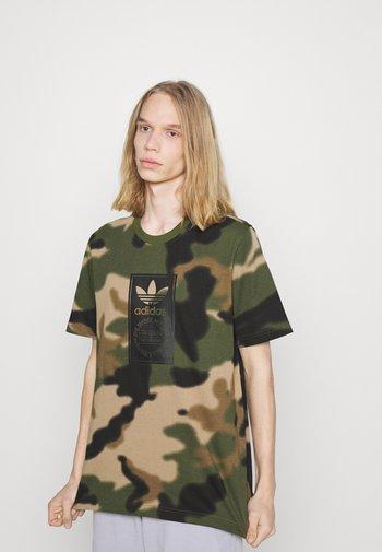 CAMO TONGUE - T-shirt con stampa - wild pine/multicolor/black