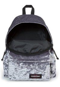 Eastpak - AUTHENTIC - Rucksack - crushed grey - 3