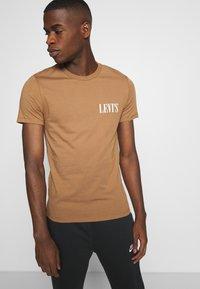 Levi's® - CREWNECK GRAPHIC 2 PACK - T-shirt z nadrukiem - almond milk / blue indigo - 3