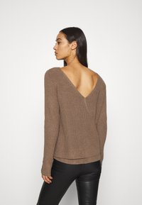Even&Odd - BASIC- BACK DETAIL JUMPER - Stickad tröja - light brown - 2