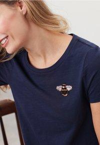 Tom Joule - MIT RUNDHALSAUSSCHNITT CARLEY  - Print T-shirt - französisch marineblau - 4