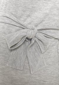 Missguided Maternity - SHOULDERPAD BELTED - Pouzdrové šaty - grey - 2
