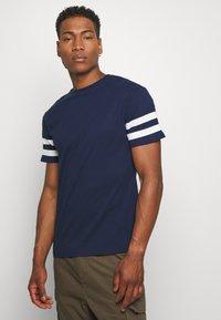 Newport Bay Sailing Club - TEE - T-shirts print - navy - 0