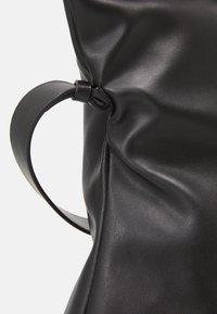 KARL LAGERFELD - SUSTAINABLE AMBER VALLETTA KLXAV FOLDED TOTE - Handbag - black - 6
