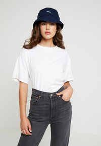 adidas Originals - ADILETTE BUCKET - Hat - collegiate navy/white - 4