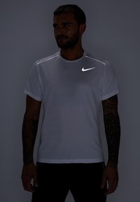Nike Performance - DRY MILER - Print T-shirt - white/reflective silver - 3