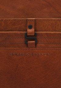 Spikes & Sparrow - Reppu - brandy - 4