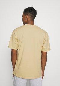 Karl Kani - SMALL SIGNATURE TEE UNISEX - Print T-shirt - sand - 2