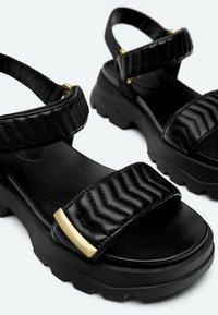 Uterqüe - MIT SOHLE IM SNEAKER-STIL - Platform sandals - black - 4